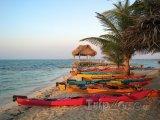 Barevné kajaky na pláži