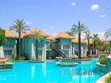 Bazén před VIP bungalovy