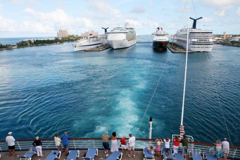 Fotka, Foto Dopravní lodě kotvící v přístavu ve městě Nassau (Bahamy)