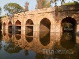 Kamenný most v zahradách Lodi