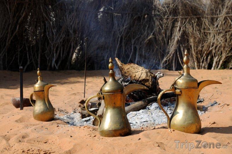 Fotka, Foto Konvice s kávou u ohniště (Abú Dhabí, Spojené arabské emiráty)