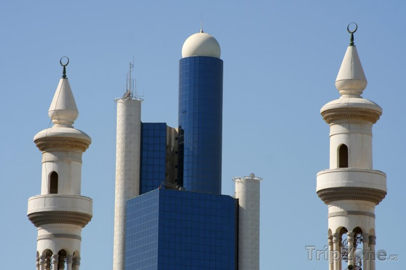 Fotka, Foto Mrakodrap a věže mešity (Abú Dhabí, Spojené arabské emiráty)