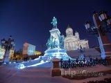 Osvětlená socha před katedrálou