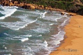 Písčitá pláž v zálivu Ramla