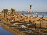 Pláž se slaměnými slunečníky