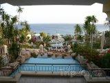 Pohled na pobřeží z hotelové terasy