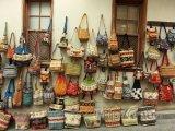 Pouliční prodej kabelek a tašek