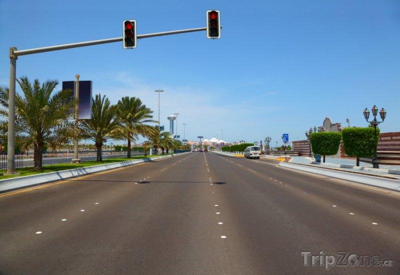 Fotka, Foto Silnice u pobřeží (Abú Dhabí, Spojené arabské emiráty)