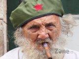 Starý muž s tradičním kubánským doutníkem