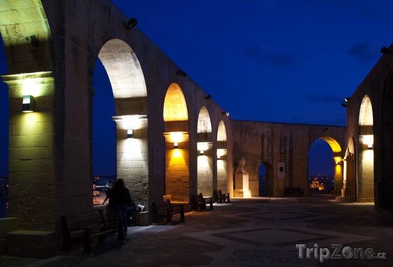 Fotka, Foto Valletta, zahrada Barrakka v noci (Malta)