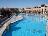 Velký bazén v hotelovém resortu