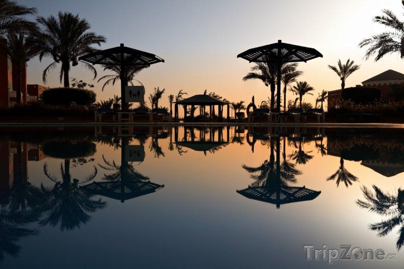 Fotka, Foto Východ slunce nad hotelovým bazénem (Hurghada, Egypt)