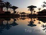 Východ slunce nad hotelovým bazénem