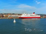 Výletní loď u pobřeží