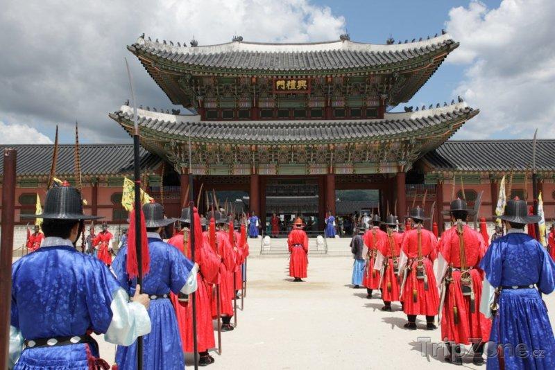 Fotka, Foto Královská stráž před palácem Gyeongbokgung (Soul, Jižní Korea)