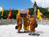 Mniši pod sochou Velkého Buddhy