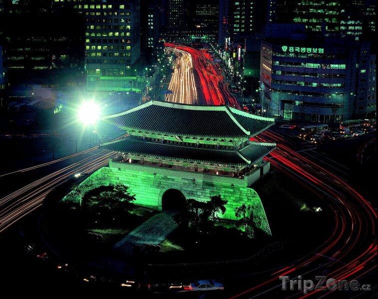 Fotka, Foto Osvětlená brána Namdemun (Soul, Jižní Korea)