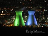 Osvětlené věže ropné rafinerie
