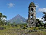 Ruiny kostela a sopka Mayon