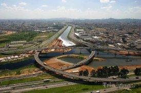 Silnice přes řeku Pinheiros