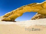 Skalní most v poušti Wadi Rum