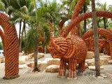 Slon postavený z květináčů