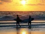 Surfaři v letovisku Kuta na Bali