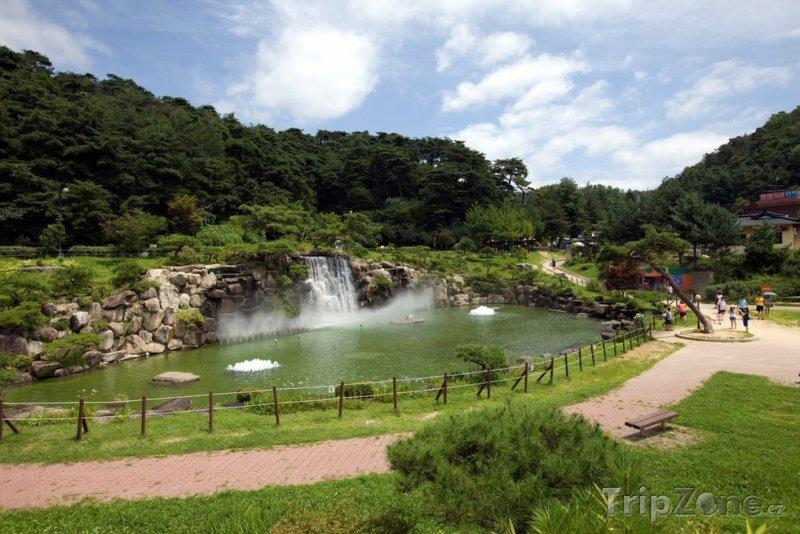 Fotka, Foto Vodopád v parku (Soul, Jižní Korea)
