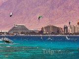 Windsurfeři nad pobřežím