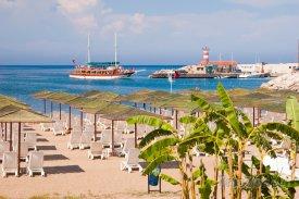 Kemer, pláž a lodě