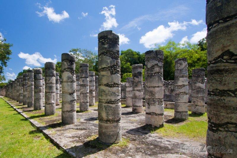 Fotka, Foto Chichén Itzá, sloupy v chrámu tisíce válečníků (Mexiko)