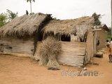 Chýše na okraji města Accra