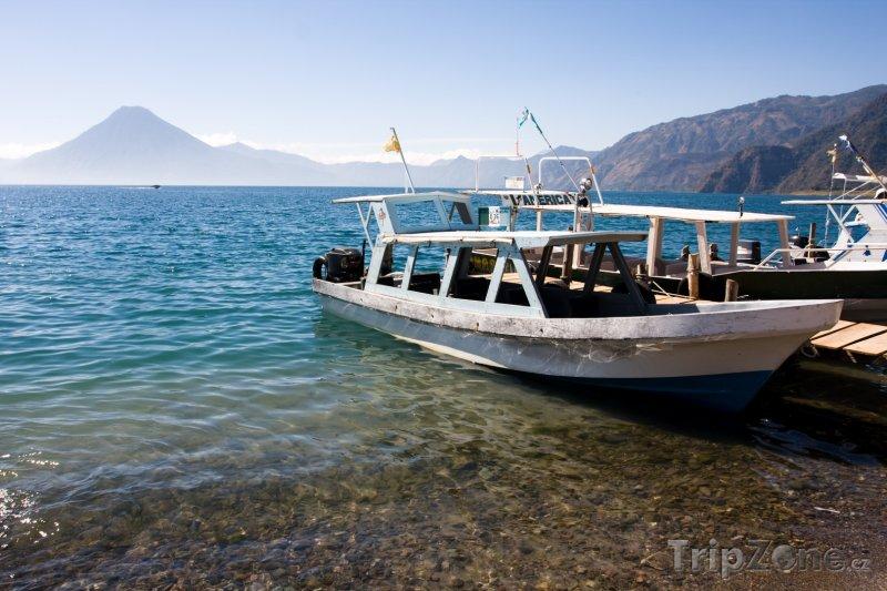 Fotka, Foto Lodě na břehu jezera Atitlán (Guatemala)