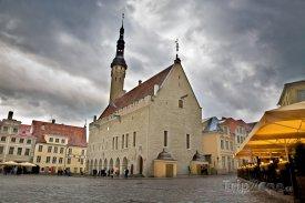 Náměstí Raekoja plats v Tallinnu