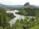 Řeka a skála u města Guatape