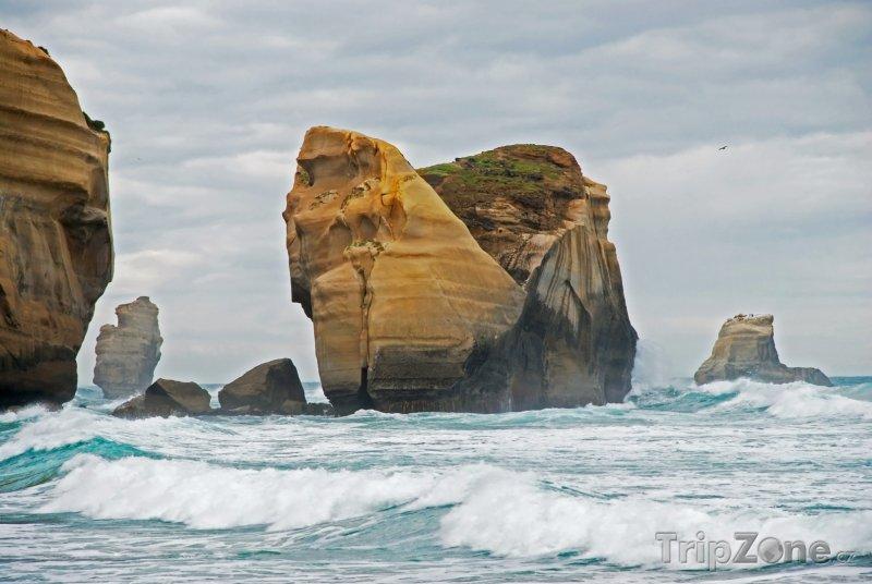 Fotka, Foto Útesy u Tunnel beach (Nový Zéland)
