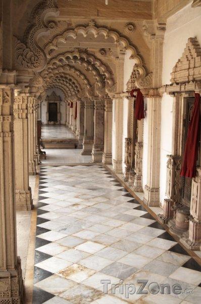 Fotka, Foto Ahmadábád, chodba v chrámu Šri Svámínárájan Mandir (Indie)