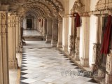 Ahmadábád, chodba v chrámu Šri Svámínárájan Mandir