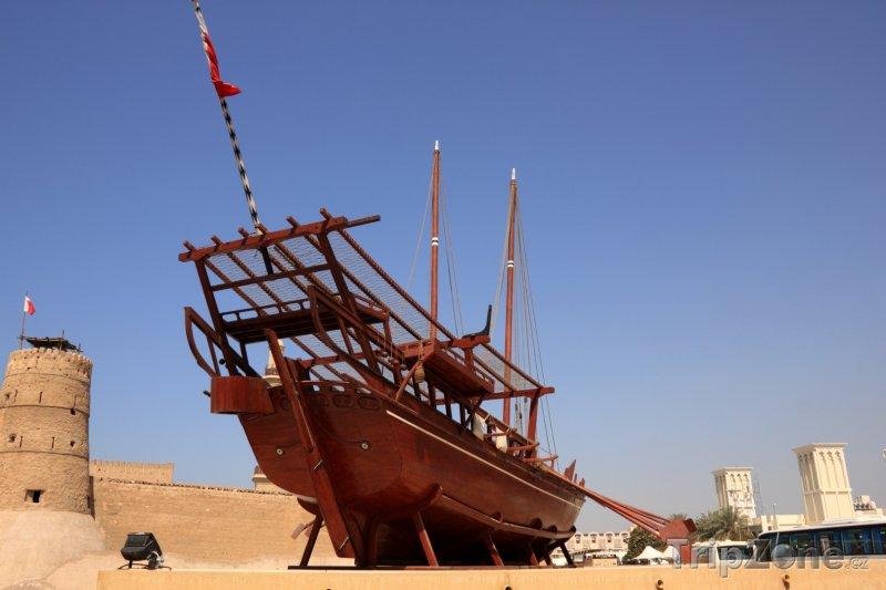 Fotka, Foto Dubaj, stará loď u pevnosti Al Fahidi (Spojené arabské emiráty)