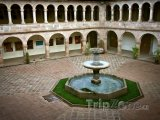 Fontána na nádvoří katedrály Santo Domingo