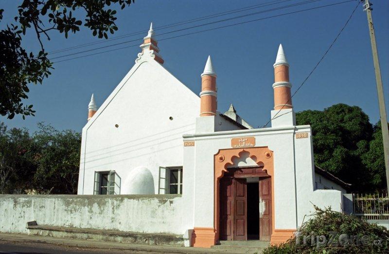 Fotka, Foto Mešita vedle kostela ve městě Inhambane (Mosambik)