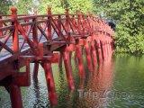 Most Huc přes jezero Hoan Kiem