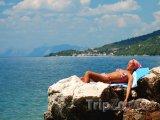 Opalující se dívka na útesu