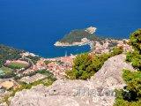 Pohled na město Makarska z hory sv. Jura
