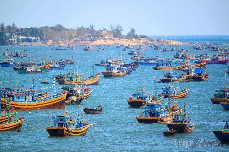Fotka, Foto Rybářské lodě u města Phan Thiet (Vietnam)