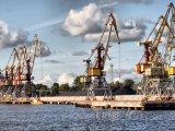 Ventspils, jeřáby v přístavu