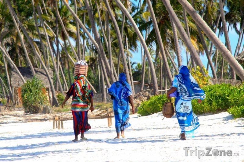 Fotka, Foto Zanzibar, místní ženy na pláži (Tanzanie)