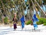 Zanzibar, místní ženy na pláži