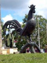 Bronzový kohout před hotelem Morón