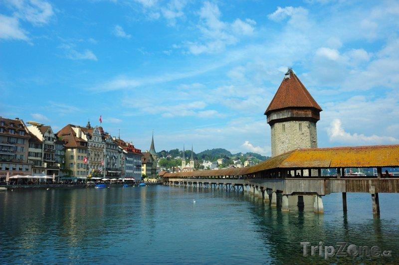 Fotka, Foto Lucern, zastřešený dřevěný most přes řeku Reuss (Švýcarsko)